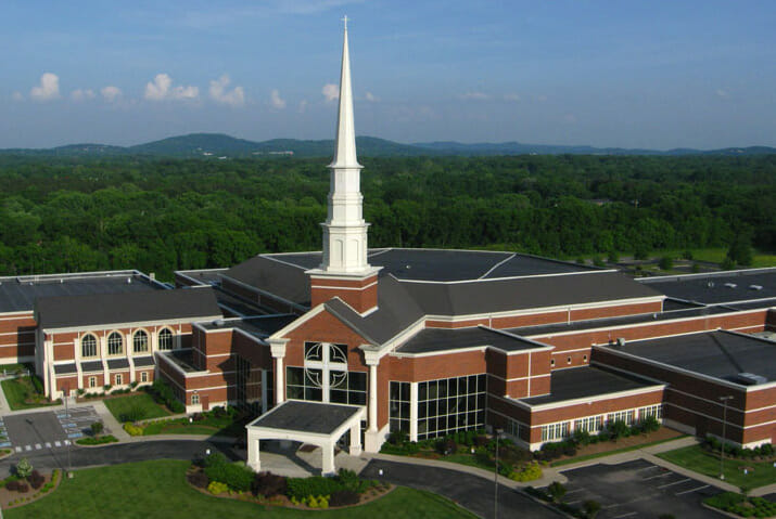 wide shot of Brentwood Baptist Church in Tennessee on a sunny day with woods behind the building