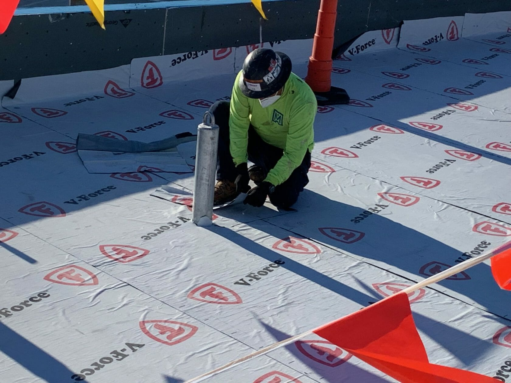 commercial-roof-worker-on-Nashville-rooftop-during-COVID-19
